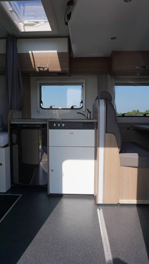 Küche mit Kühlschrank und Herd